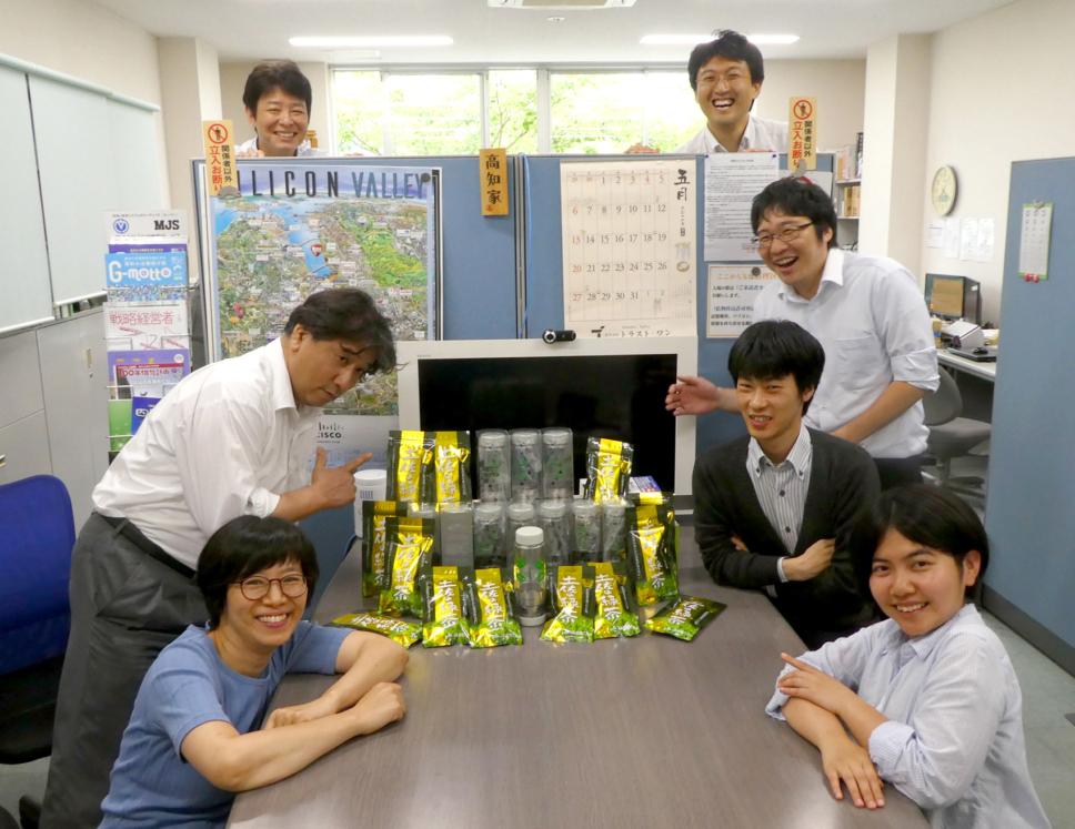 社員全員に土佐茶とツイスティボトルを支給しました!!